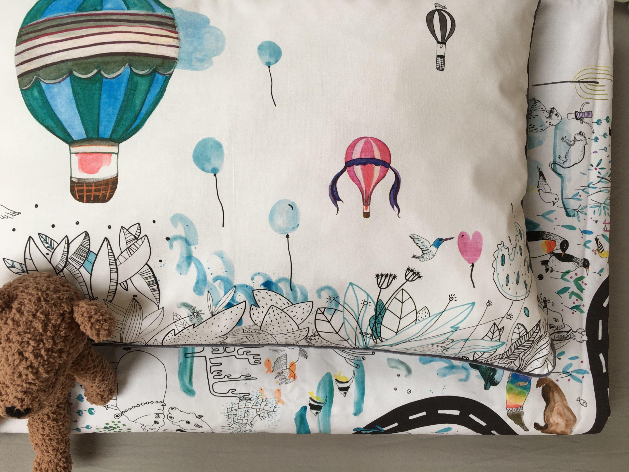 pościel dla dzieci z wypełnieniem w baloniki i zwierzęta, biała z kolorowymi akcentami